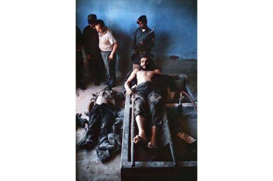 Che-con-los-guerrilleros-en-el-suelo-Foto-Marc-Hutten-580x386